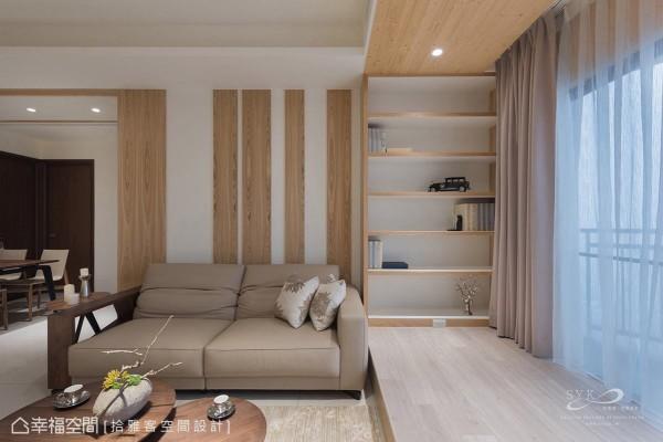 木色语汇从天花、书柜延伸至架高的地坪,框定出完整的场域机能,且局部予以留白,让视觉感不过于厚重。