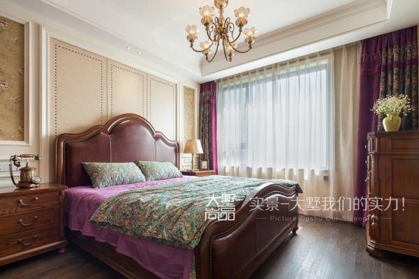 美式家居的卧室布置较为温馨,作为主人的私密空间,主要以功能性和实用舒适为考虑的重点,床头背景用麻布硬包,床上的布艺与窗帘呼应,空间整体明亮而温馨。