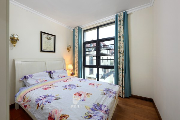 淡淡的米黄色调;侧面摆放尺寸恰好的床头柜