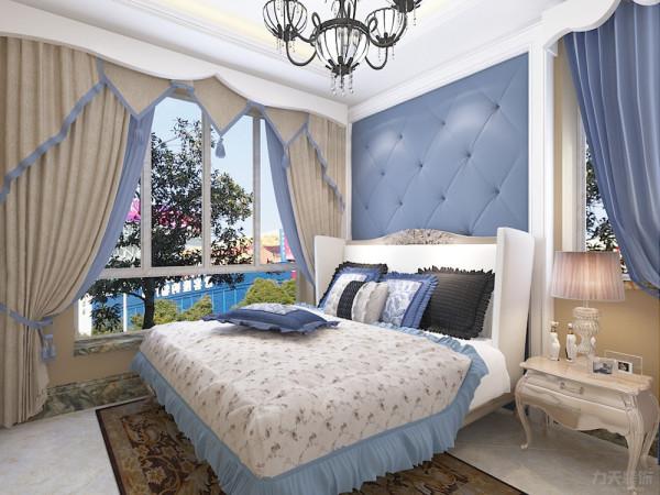 卧室有两扇窗户采光良好,卧室软包墙面线条柔软冷色调清新典雅浪漫中带着低调的奢华。通透的衣柜拉伸空间使整体空间显得更有呼吸感,时尚吊灯与台灯实现了时尚与典雅的完美碰撞。