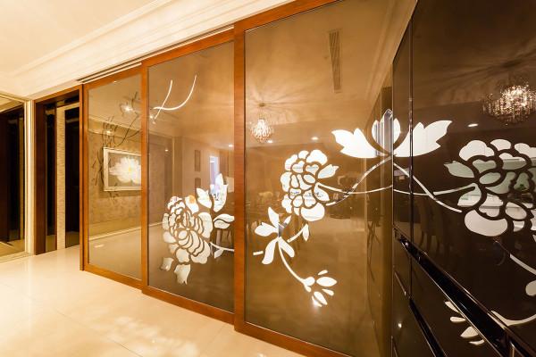 金咖啡色的雕刻板拉门阻挡厨房油烟,借由镂空花朵图腾保有视觉穿透度。