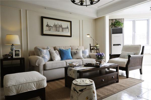 美景刚入,沁香已来。一束百合,醉了芳香无数。一如这明净透亮的客厅,因这暖白沙发和藤编单人位而显得格外清爽,脚凳与靠垫的中式花鸟元素使本就明媚的空间,多了些许清婉可人。