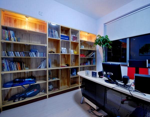 12  书房内原木的整面书柜粗旷中透出玻璃的精致