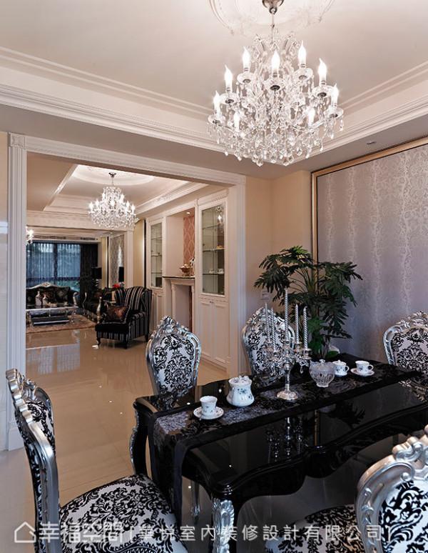 华丽的水晶吊灯及立体雕饰、作工精致的餐椅,陈列出具有艺术气息的奢华意象。