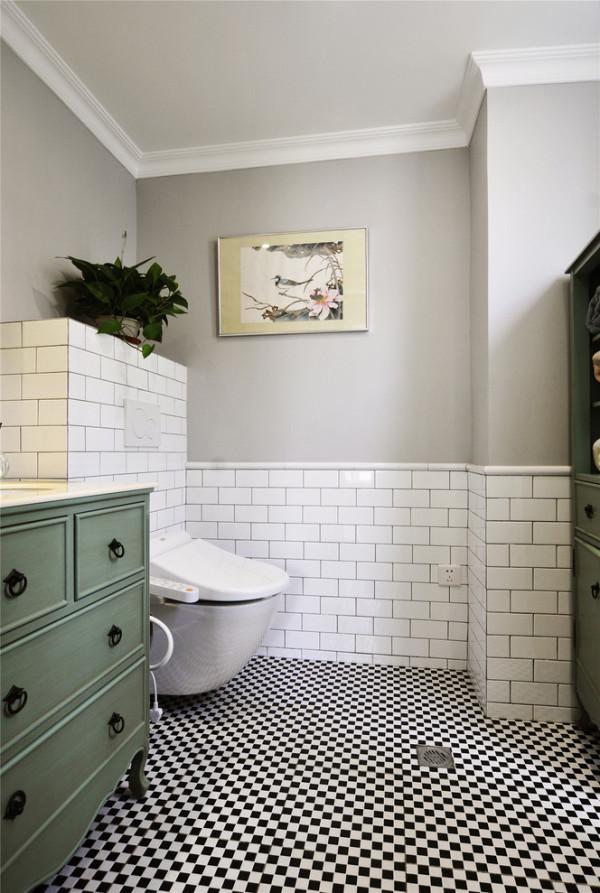 清新雅致的卫浴区,直入眼帘的便是这黑白纯净的马赛克,白砖灰墙又将经典延续,只是这里多了一抹绿的芳香与百味,缕缕沁香流进了灿烂的心房。