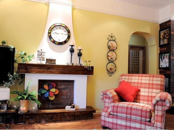 绿色的植物,有着春天的颜色和浪漫,多彩的拼色沙发活泼、清新。就连墙上的装饰也是那么的贴近自然,把花儿贴在墙上,摆在柜子上,也种在心中。整个空间洋溢着春的气息。