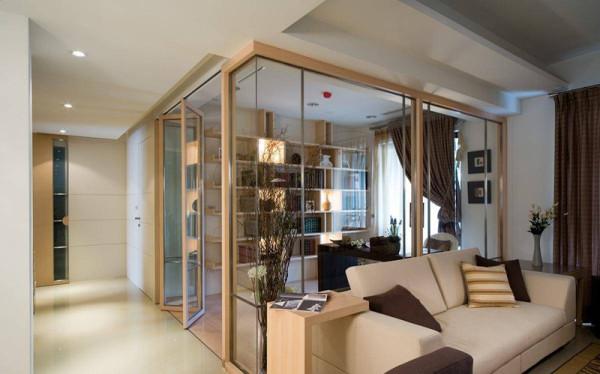 重视空间的主轴线条,将细节诠释于室内的门片,运用分割线条与极细的铝合金轨道,在简单的设计风格内,添入线条比例之美。