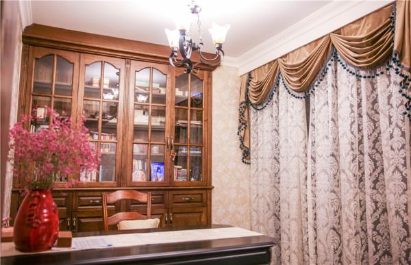 在功能方面,为满足曹女士的工作需要,设计师利用客厅充裕的空间,特别设置了开放式书房。