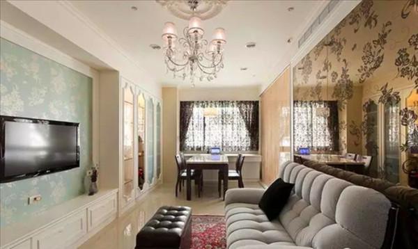 客厅跟餐厅是一体的,通透的设计让小小的客餐厅显得更加明亮大气;