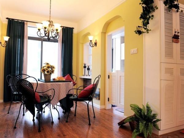这个田园风格客厅有着浓厚的自然味道,无论是暖色调的装饰墙面还是高脚凳,似乎回到了儿时的外婆家中。绿色植物和盆栽又让空间灵动了起来。