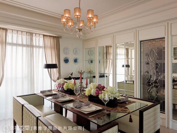 墙面运用细腻的镶嵌玻璃,营造出主题视觉,并利用明镜的折射让空间扩大无限。
