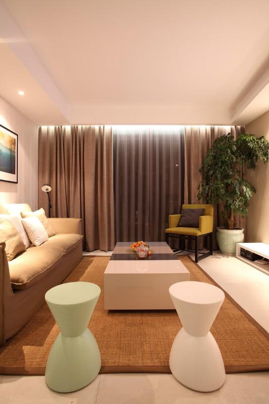 这套案例就是大胆运用绿色、黄色搭配,但是这2种颜色应该是点缀,是一种装饰,不应该作为主要颜色。使用绿黄2色的同时,墙壁、地板、沙发等应选用白色、米色等浅色调。单椅、抱枕、选用黄色、绿色等亮丽颜色
