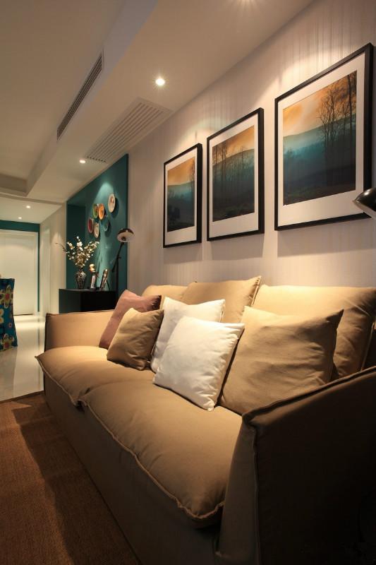 色块抽象装饰画,黄色家具,加上紫红色系的地毯,沙发背景墙选用有趣的字母造型的装饰物等,让整体显得既不单调,色彩搭配又很协调。