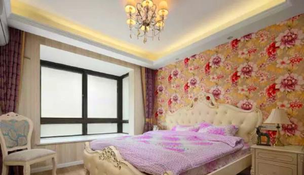 粉色的床一看就是女孩的床,在配上花式的背景墙。