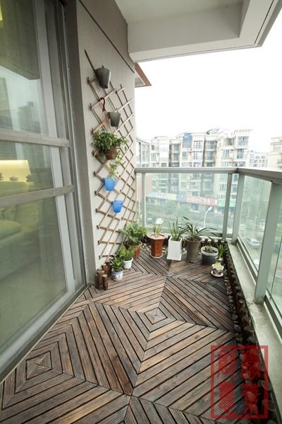 使用户外木、鹅卵石以及小木桩的搭配,加上植物的配置,让阳台更加亲近大自然。