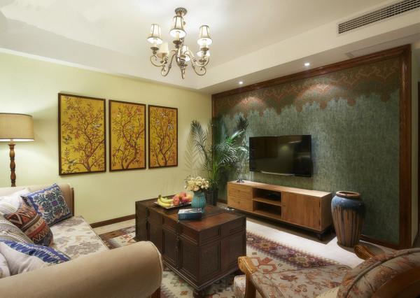 墙壁粉刷成淡黄色,表露出原始气息,自然而清新。客厅里增添了绿化盆栽,创造自然、简朴、高雅的氛围,墙上挂上几幅户主淘来的水墨画,凭添几分文艺气息。