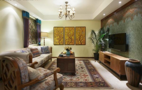 全开放的客厅让视线不受阻挡,整体更为宽敞开阔,也更适合美式家具的摆放。客厅的茶几、电视柜用厚实的木质打造,天然的木质肌理和简约的线条雕刻,都带来浓郁的乡村气息。
