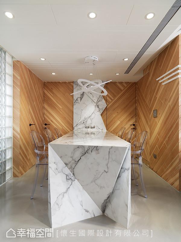 充满3D塑像感的餐桌造型,从桌面延伸到壁面,并以不规则的立体凹凸面来呈现。