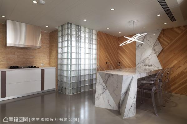 厨房位移之后,为了将后阳台光源引进,将窗户改为落地的玻璃砖墙面,让餐厅与公共空间更为明亮,也有放大空间的效果。