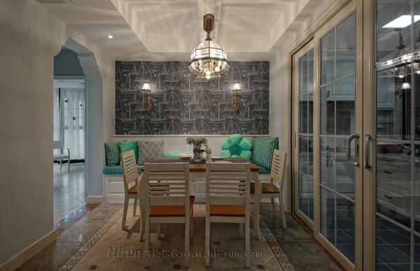 餐厅餐椅以卡座形式的地柜结合抽缝的墙挂,既利用了空间,又增强了空间的趣味性。