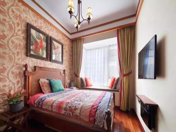 次卧藤蔓植物图形壁纸下是实木雕花加藤编的床头。