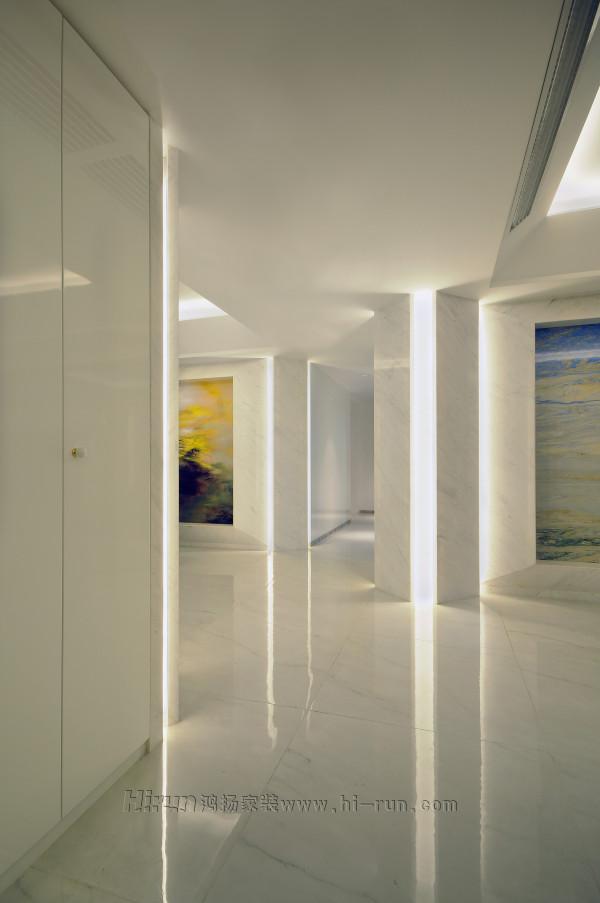 过道白色墙板与加高的房门成为过道的整体空间,墙板竖向没有打断,从而没有接缝,形成一个整体,地面留60砖扫脚。扫脚与墙板平整为一个整体,方便打扫卫生和减少地面水汽对墙板的影响。