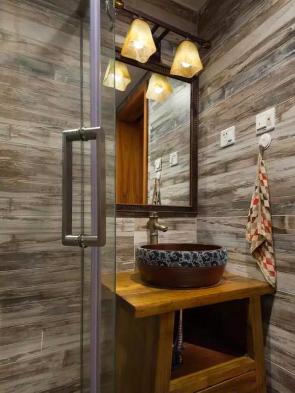 仿木纹砖,纯实木洗手台,粗陶洗手盆,复古水龙头。