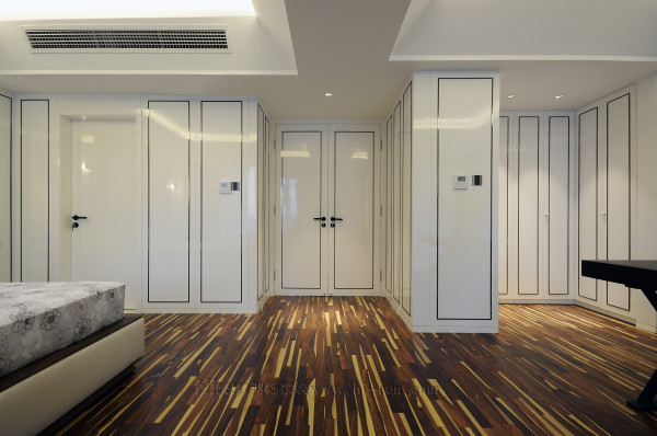 衣帽间采用柜门的形式,增加了衣帽间对书房的共享空间。衣帽间柜门延续到卧室,与卧室柜门,墙板形成整体。