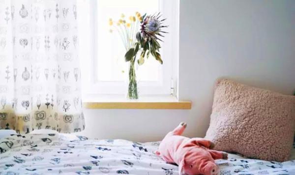 床品和窗帘来自宜家,选和整体风格统一的色彩准没错。