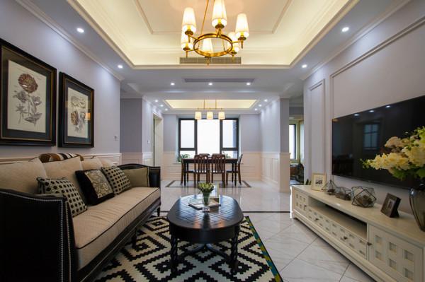 客厅采用护墙板围裙,墙面采用蓝灰色给予冷暖搭配,顶面采用叠级造型,选择黄铜色灯及暖色灯光,摒弃了一些不必要的形体堆砌