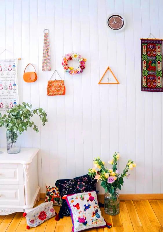 手工是最能提升温度的东西。家里唯一的挂表其实是瑞典古董市场淘回的中古盘,把中间打洞装上表针和电池。墙壁上的装饰总随心情更换,地上的抱枕全部由自己亲手制作。