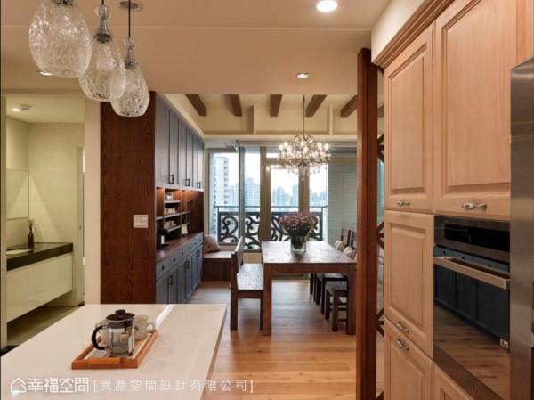由于女主人喜爱下厨与收集咖啡杯,所以规划了实用及美感兼具的美式中岛厨房,以及可以容纳大量收纳的柜体。