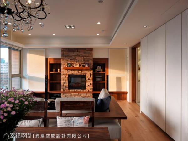 客厅主墙以文化石内嵌壁炉造型设计,搭配家庭剧院,建构国外度假的设计氛围。
