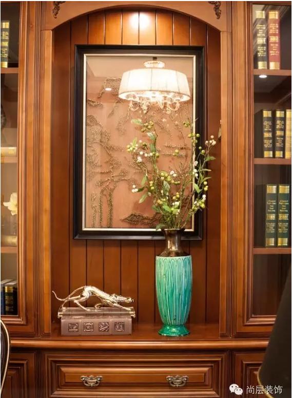 绅士的书房不必有繁复修饰,深棕原木书柜将男士的厚重沉稳的气息表达出来,又体现精致品位。