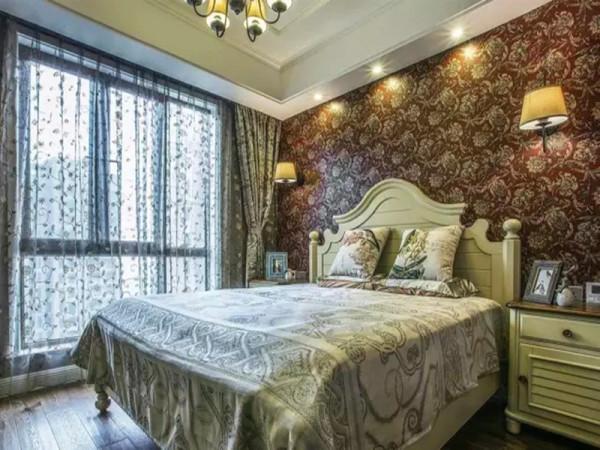 无过多修饰的窗帘遮挡住了室外的嘈杂,不经意中也成就了另外一种休闲式的浪漫。