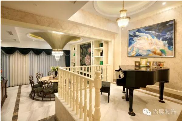 餐厅与客厅相连,连续的垭口使空间更加开阔,与客厅的石材不同,餐厅