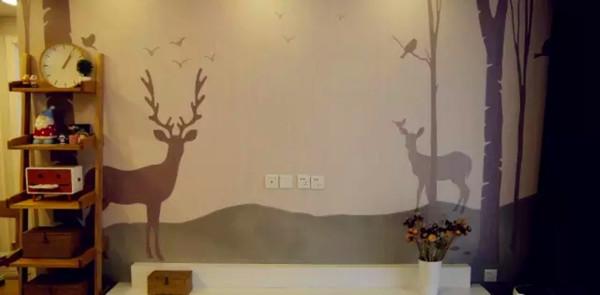 麋鹿是整个家装的装饰主元素,浅灰色的壁纸与棕色木地板天作之合,与整体的原木风和谐统一。