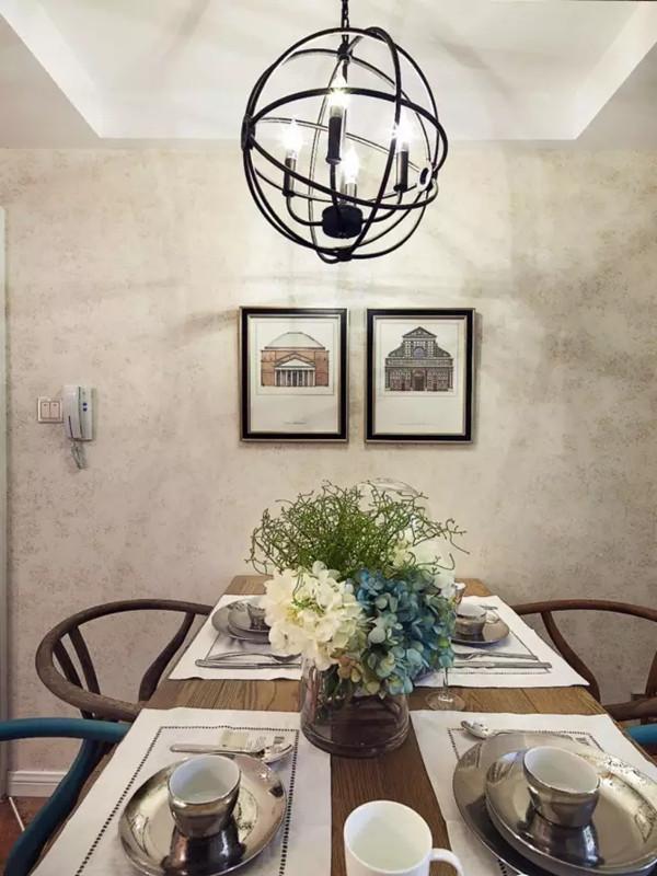 斑驳的墙纸配合实木的餐桌椅。
