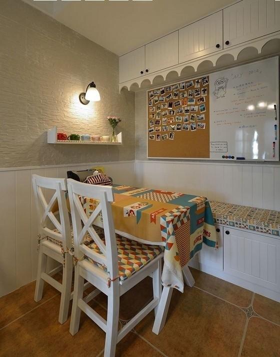 巧妙利用了空间,地柜不仅可以储藏还可以当做椅子。