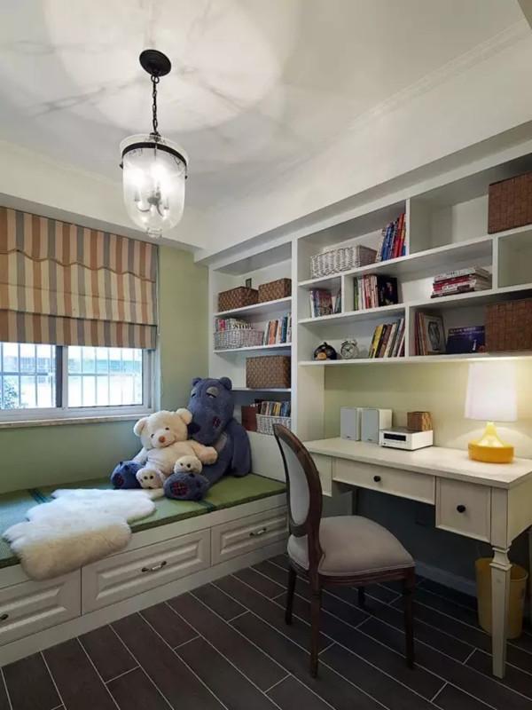 书房用木纹砖铺贴,榻榻米地台功能多样,也可以做次卧使用,底下是收纳功能,侧面结合书柜设计。