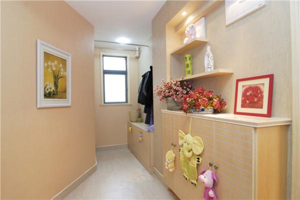 采用落地鞋柜,可以坐着,鞋柜上面的挂钩,充分的利用了空间。