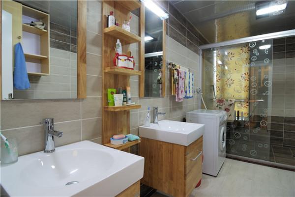 原木色的浴柜,一股清新之气袭来。