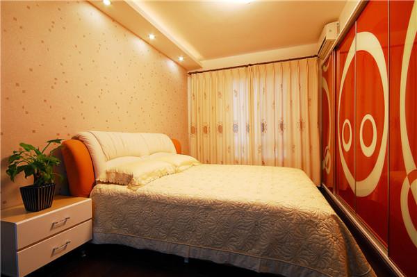 卧室整体是橘色的墙纸,配上大红色可爱橱柜。