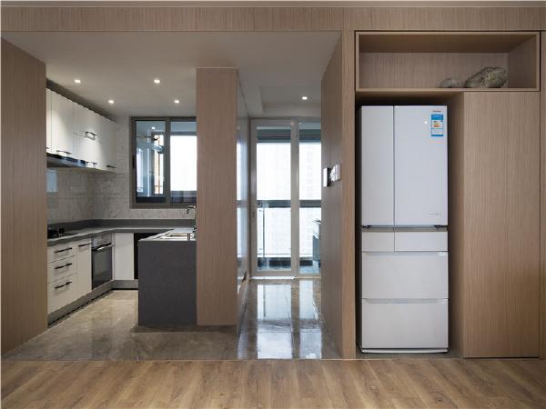 为了美观将冰箱镶嵌在原木柜子中,让整个房间流畅不已!