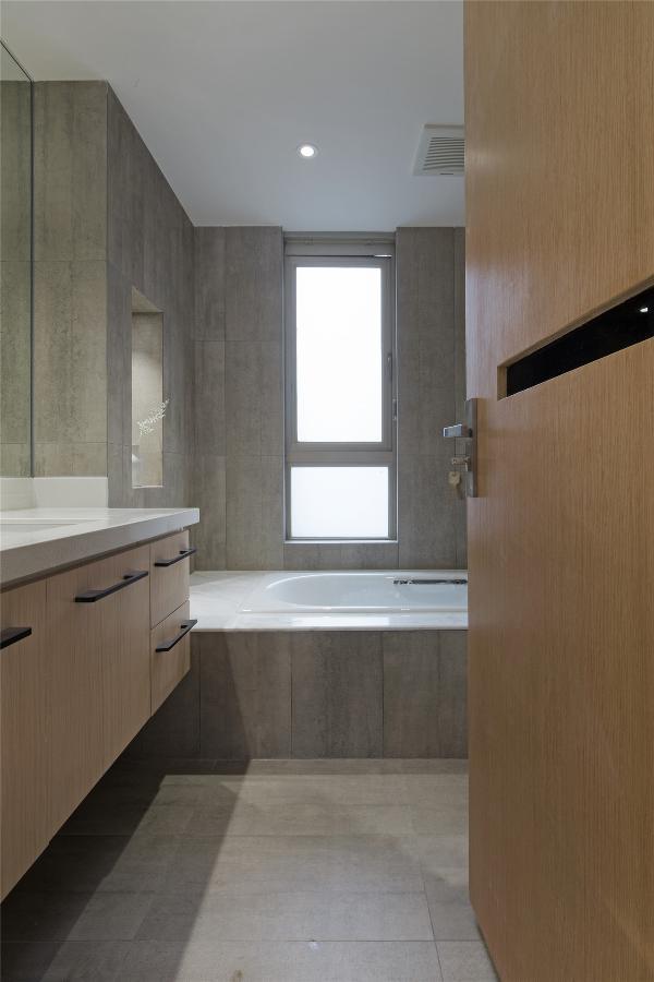 原木的浴柜和墙地砖达到和谐统一。