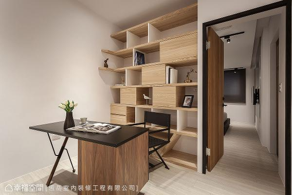 将三楼房间外的过道规划为开放式书房,一来提升使用坪效,二来创造一个全家人交流情感的中介点。