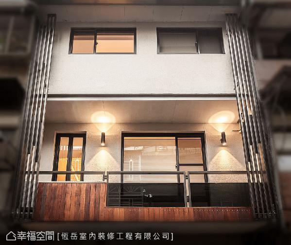 经过重新拉皮后,外墙使用防水涂料,搭配格栅、玻璃及木质元素,打造出现代感的气度。