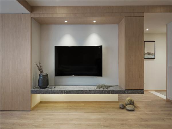 电视背景墙简单白色,长形文化石材,辅以后方间照投射,简单中透露着质朴!