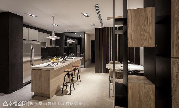 采用开放式格局,将厨房、中岛及餐桌串联一气,形成开阔的场域,家族聚餐时也能容纳更多人数。
