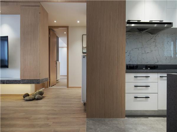 厨房是半开放式的,在做饭时偶尔偷闲看着家人嬉笑。
